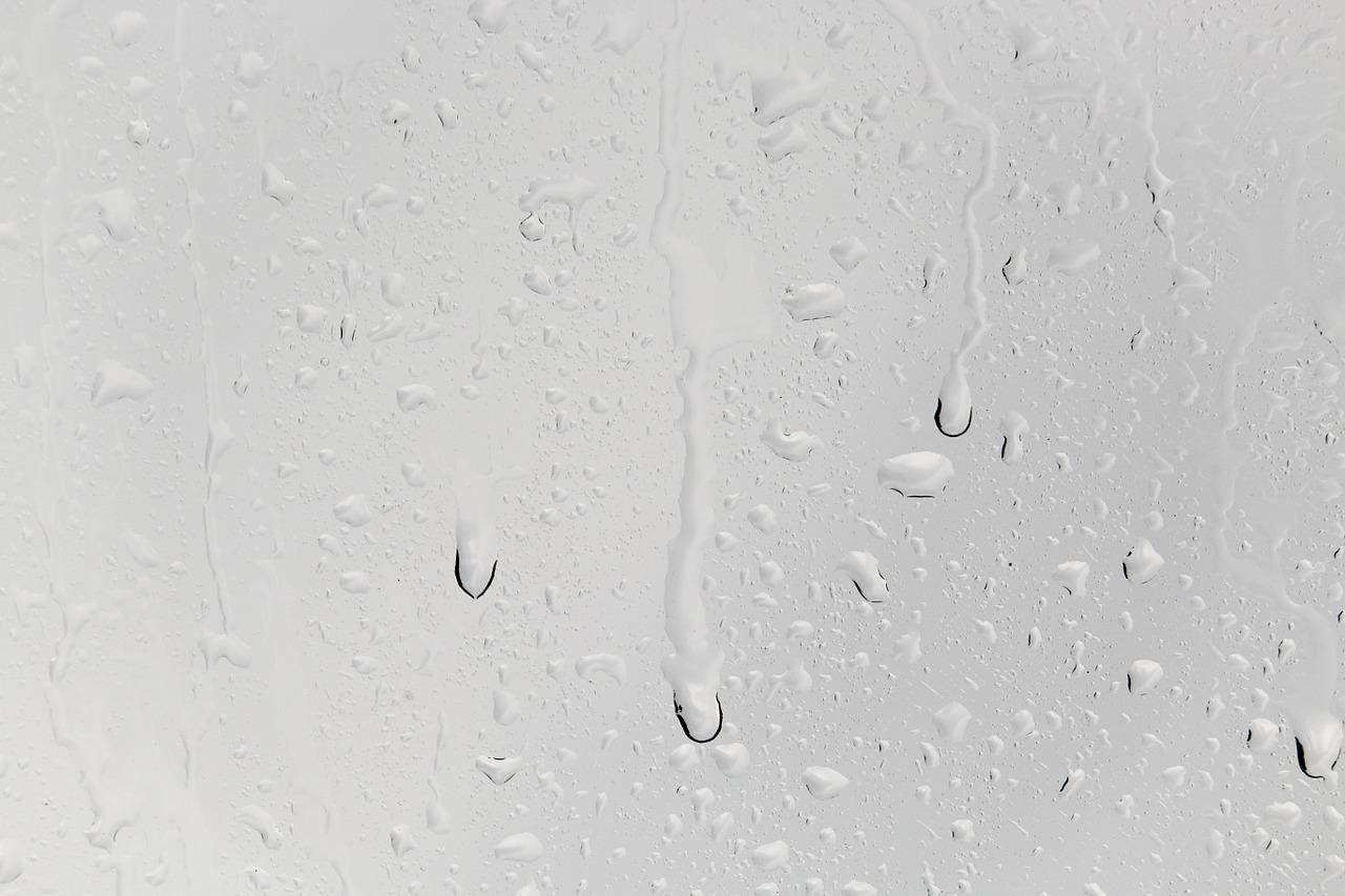 מים על חלון