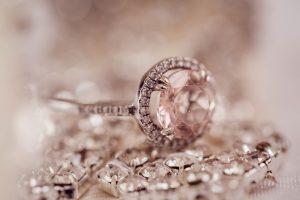 חלקי יהלומים מתחת לתכשיט עם יהלום